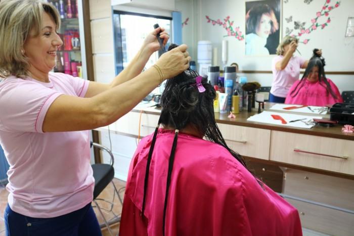 Passosmaiense deixa cabelo crescer por oito anos para ajudar pacientes que enfrentam câncer