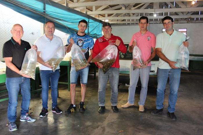 Prefeitura entrega mais de cinco mil alevinos para piscicultores de Xaxim