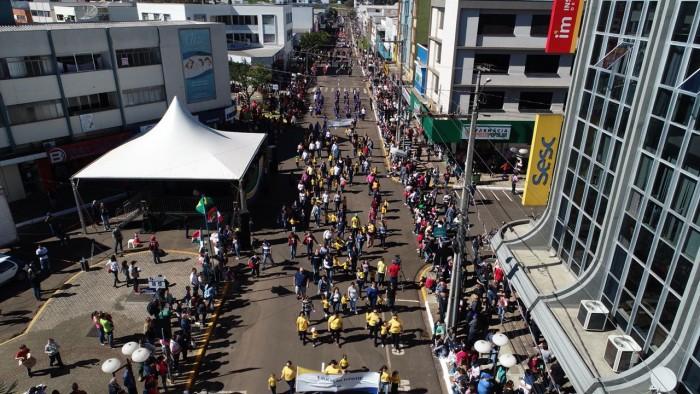 Comunidade lota a Rua Coronel Passos Maia para acompanhar Desfile Cívico em Xanxerê