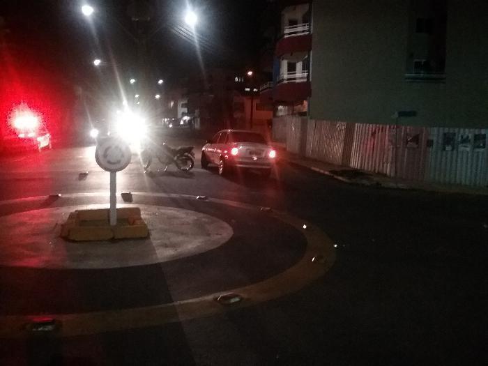 Acidente entre carro e moto deixa motociclista ferido